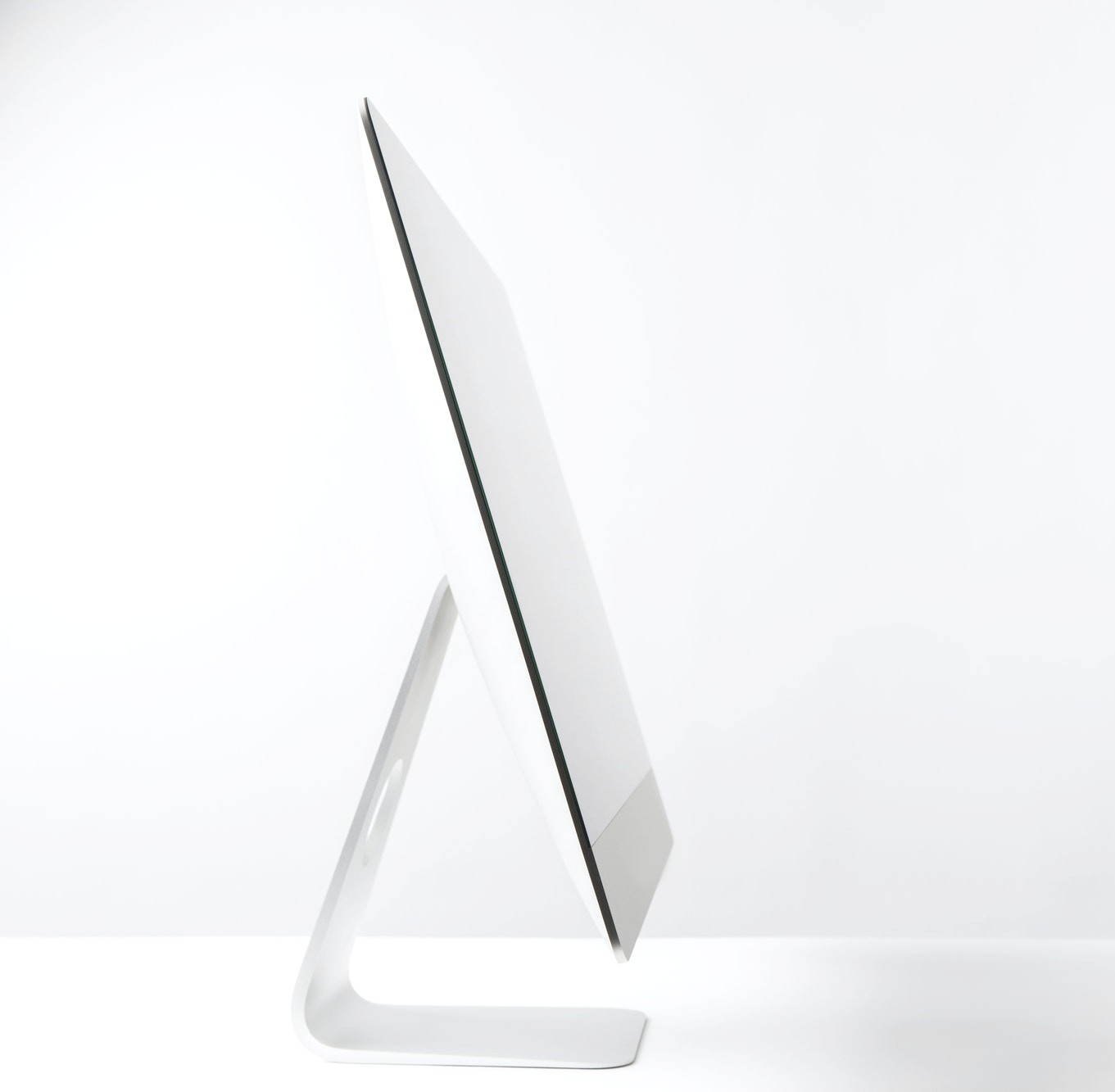 side-view-of-desktop-computer-monitor-on-white (2)